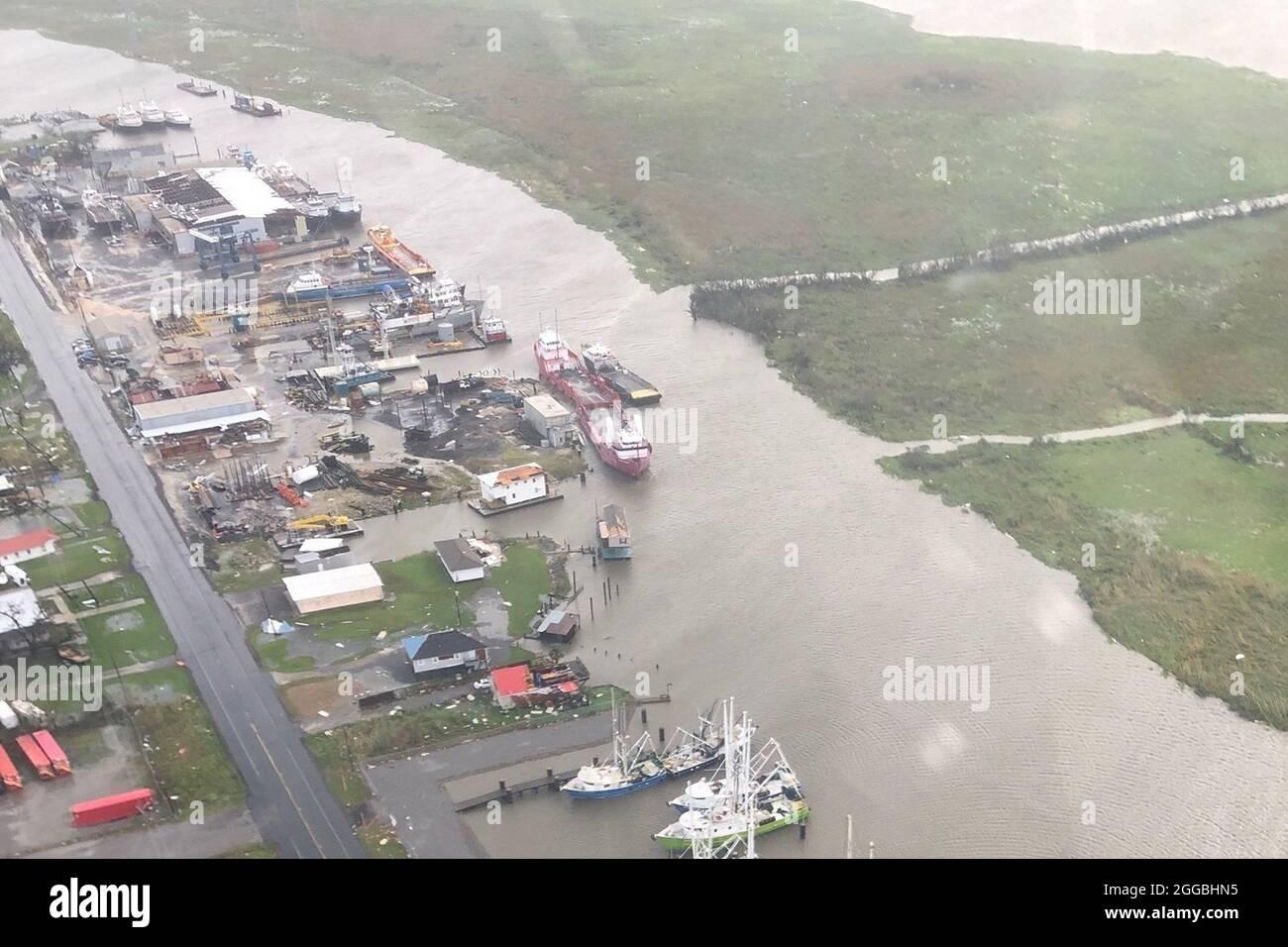 Galliano, Stati Uniti. 30 ago 2021. La Guardia Costiera degli Stati Uniti conduce gli uragani Ida dopo la tempesta sorvoli lungo la Costa del Golfo il 30 agosto 2020. Gli equipaggi hanno effettuato sorvoli nei pressi di Galliano, Louisiana, per valutare i danni e identificare i pericoli. Foto di U.S. Coast Guard/UPI Credit: UPI/Alamy Live News Foto Stock