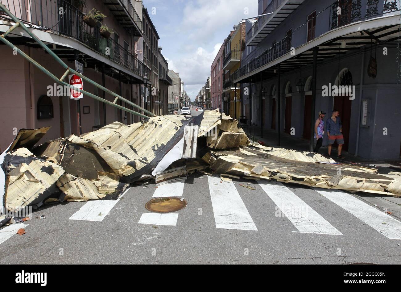 New Orleans, Stati Uniti. 30 ago 2021. Il tetto della vicina costruzione nella strada nel quartiere francese di New Orleans, dopo l'uragano Ida lunedì 30 agosto 2021. Il potere fu tagliato mentre l'uragano si schiantò attraverso la città il 29 agosto, ma i levei si tennero. Foto di AJ Sisco/UPI Credit: UPI/Alamy Live News Foto Stock