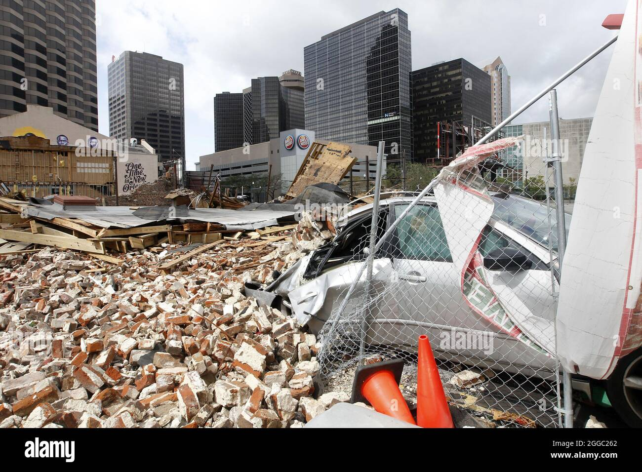 New Orleans, Stati Uniti. 30 ago 2021. Un edificio nel centro di New Orleans, Louisiana, è distrutto dopo l'uragano Ida lunedì 30 agosto 2021. L'alimentazione era fuori nella città ma i levees hanno tenuto, foto da AJ Sisco/UPI accreditamento: UPI/Alamy Live News Foto Stock