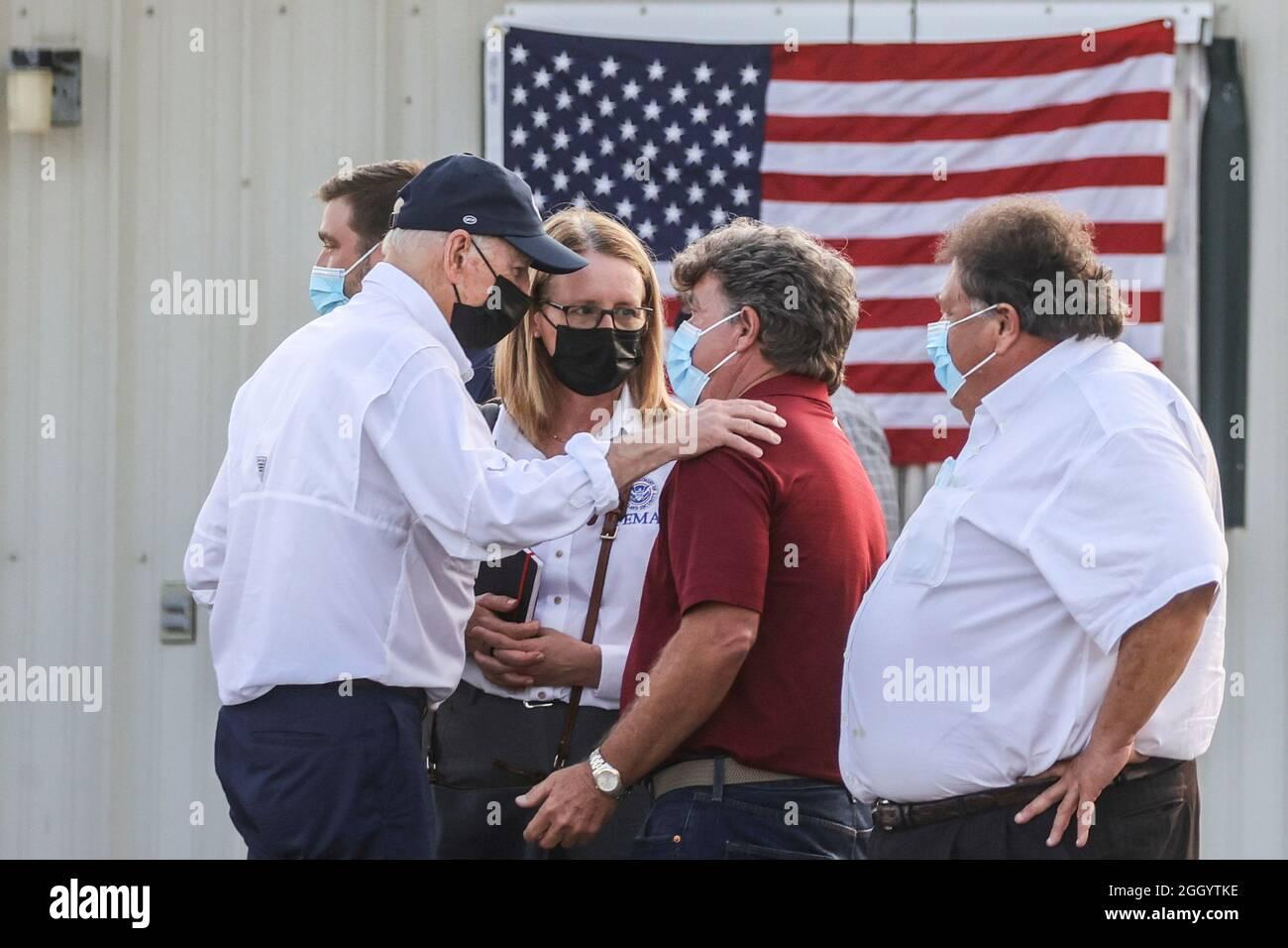 Il presidente degli Stati Uniti Joe Biden saluta dopo il suo incontro con i leader locali delle comunità colpite dall'uragano Ida a Galliano, Louisiana, USA, 3 settembre 2021. REUTERS/Jonathan Ernst Foto Stock