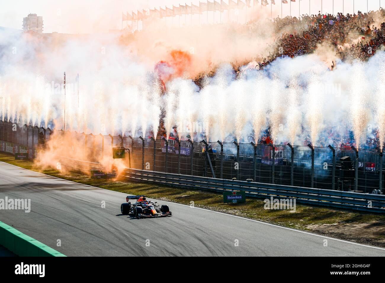 VERSTAPPEN Max (ned), Red Bull Racing Honda RB16B, in azione celebrando la sua vittoria davanti alla folla durante il Gran Premio olandese di Formula 1 Heineken 2021, 13° round del Campionato del mondo FIA Formula uno 2021 dal 3 al 5 settembre 2021 sul circuito di Zandvoort, a Zandvoort, Olanda - Foto Florent Gooden / DPPI Foto Stock