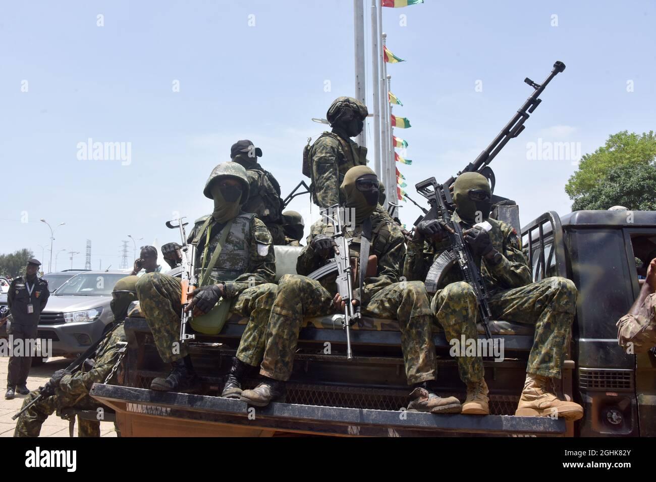 Conakry. 7 Settembre 2021. I membri delle forze speciali della Guinea sono visti fuori dal Palazzo del popolo a Conakry, Guinea, 6 settembre 2021. Credit: Xinhua/Alamy Live News Foto Stock