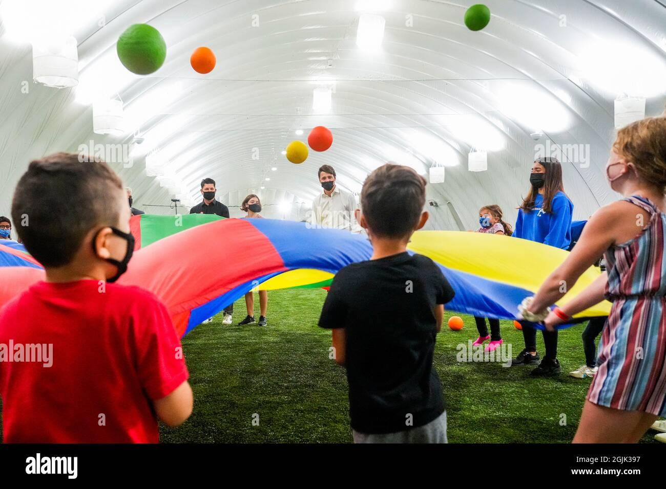Il primo ministro canadese Justin Trudeau gioca un gioco con i bambini mentre visitano il mondo di calcio durante il suo giro della campagna elettorale a Hamilton, Ontario, Canada, 10 settembre 2021. REUTERS/Carlos Osorio Foto Stock