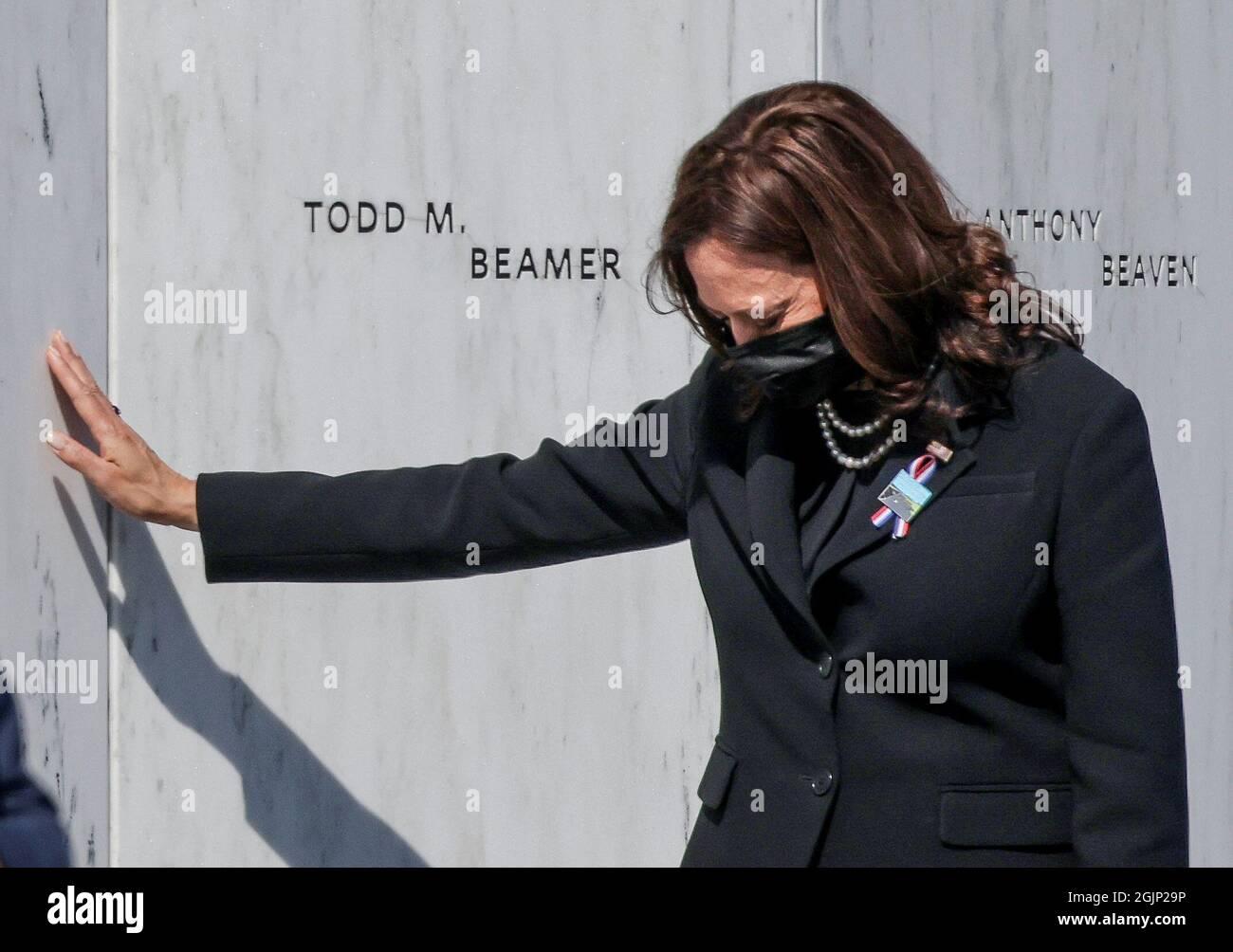 Il Vice Presidente degli Stati Uniti Kamala Harris tocca il Flight 93 National Memorial durante un evento commemorativo del 20° anniversario degli attacchi del 11 settembre 2001, a Stoystown, Pennsylvania, Stati Uniti, Settembre 11, 2021. REUTERS/Evelyn Hockstein Foto Stock