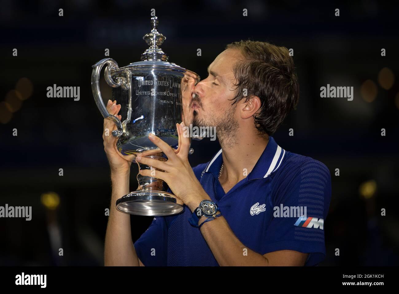 New York, USA, 12 Settembre, 2021 Daniil Medvedev (RUS) bacia il trofeo dopo aver vinto la finale maschile contro Novak Djokovic (SRB) il giorno 14 al 2021 US Open. Credit: Susan Mullane Credit: Susan Mullane/Alamy Live News Foto Stock
