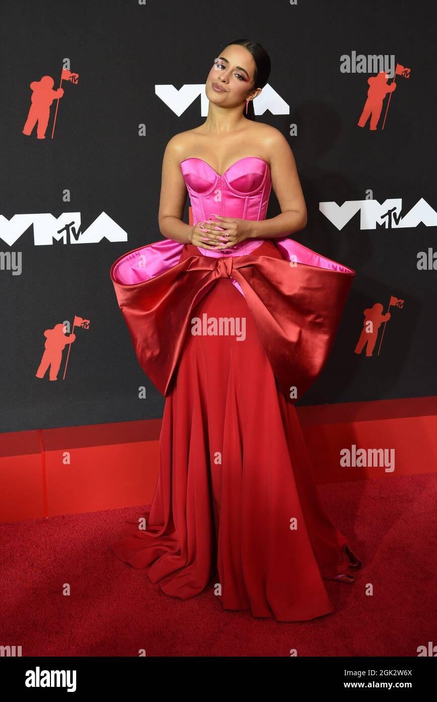 Brooklyn, NY, USA. 12 settembre 2021. Camila Cabello agli arrivi dei MTV Video Music Awards (VMA) 2021, Barclays Center, Brooklyn, NY 12 settembre 2021. Foto di: Kristin Callahan/Everett Collection Credit: Everett Collection Inc/Alamy Live News Foto Stock