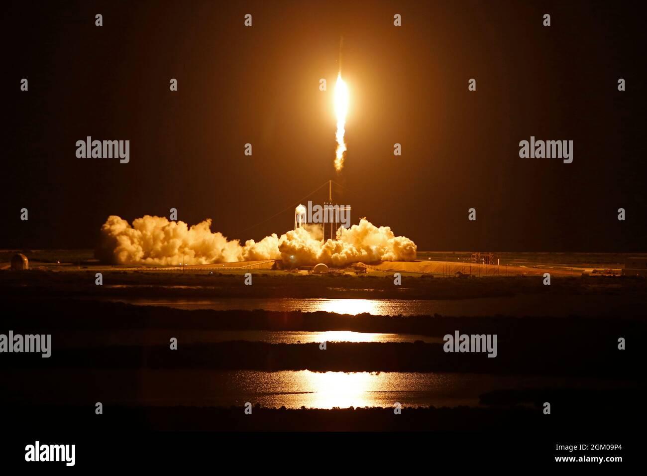 L'equipaggio civile Inspiration 4 a bordo di una capsula Crew Dragon e di un razzo SpaceX Falcon 9 viene lanciato da Pad 39A al Kennedy Space Center di Cape Canaveral, Florida, il 15 settembre 2021. REUTERS/Joe Skipper Foto Stock