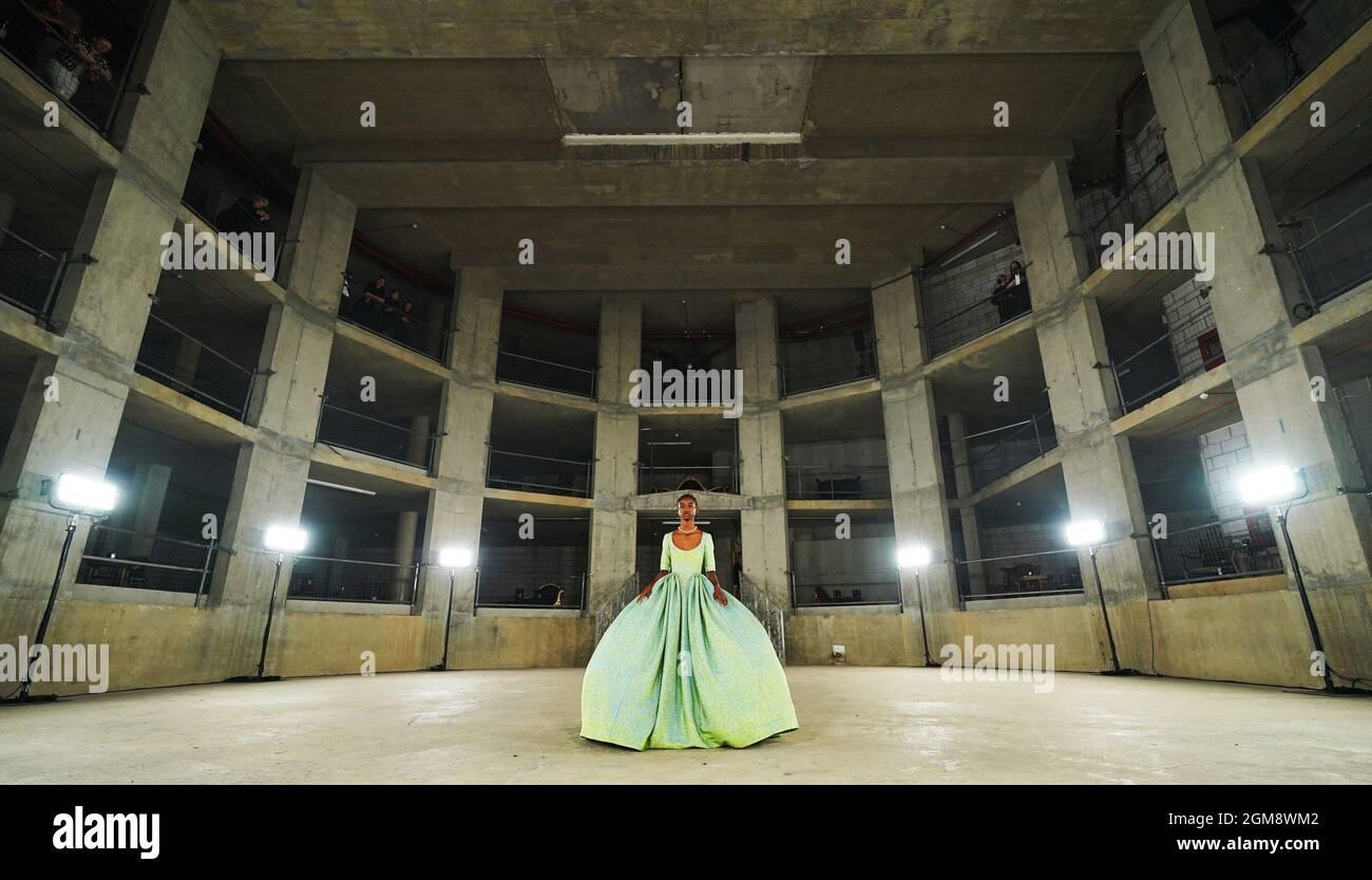 Modelli in passerella durante lo spettacolo Edward Crutchley alla London Fashion Week del 2021 settembre presso la Collins Music Hall di Londra. Data foto: Venerdì 17 settembre 2021. Foto Stock