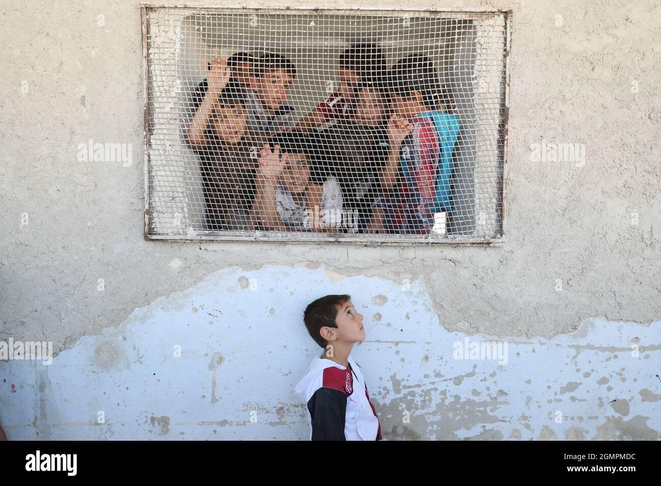 AFE, Siria. 20 Settembre 2021. Gli studenti iniziano il lavoro scolastico nella scuola comunale AFE all'inizio dell'anno scolastico nel Governatorato Idlib, nonostante le cattive condizioni dovute a un raid aereo che ha colpito e parzialmente distrutto la scuola nel 2019. Credit: ANAS Alkharboutli/dpa/Alamy Live News Foto Stock