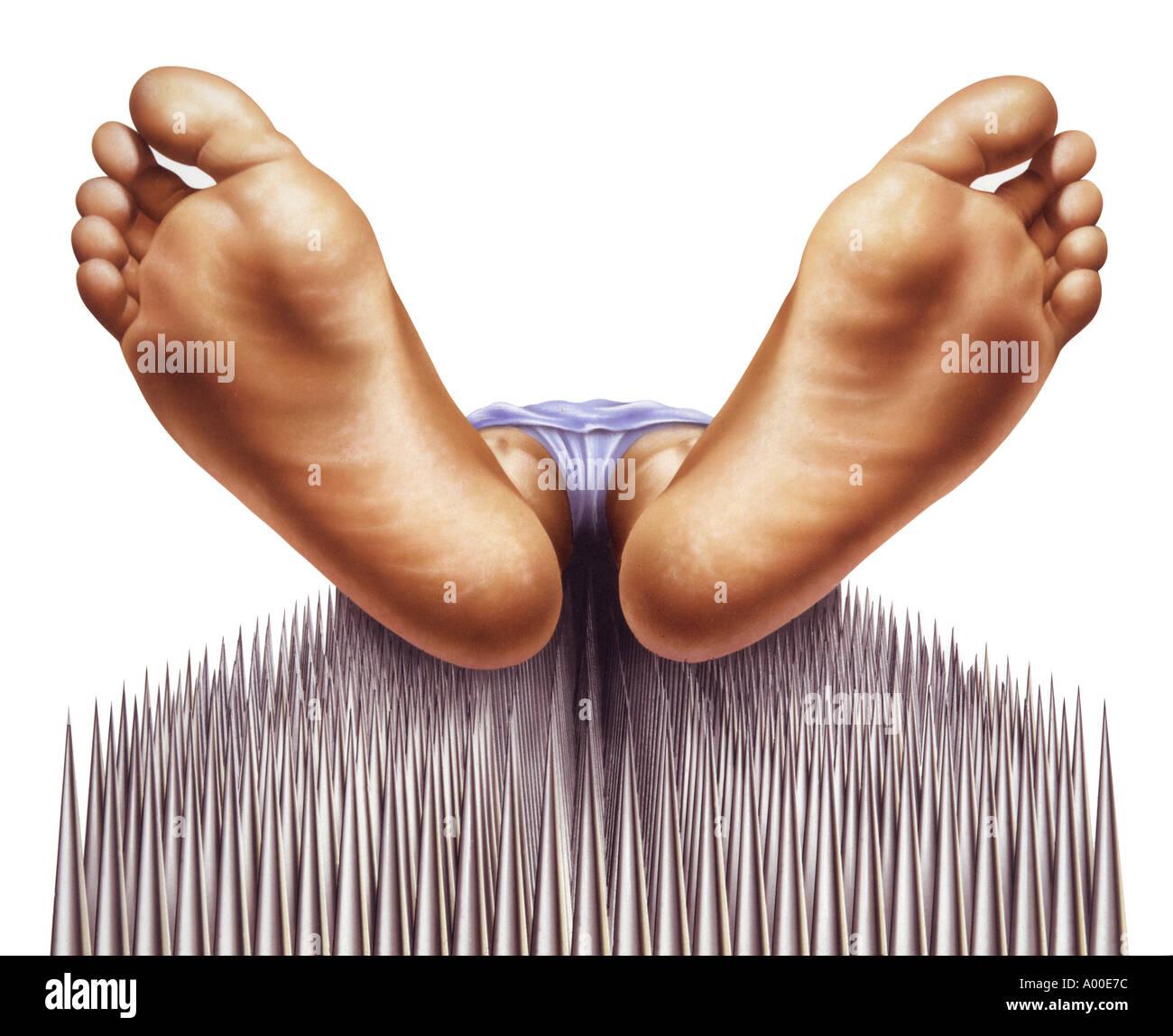 Chiodi fakir letto con i piedi di close-up Immagini Stock