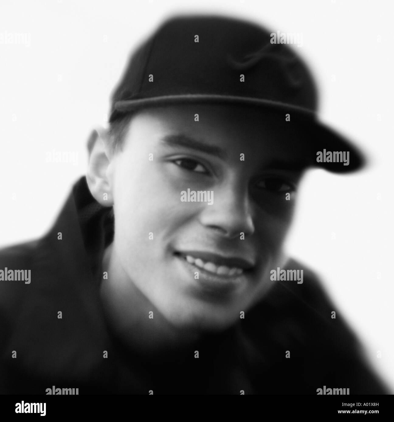 Ritratto di giovane uomo che indossa cappello da baseball close up Immagini  Stock afc42bd40b22