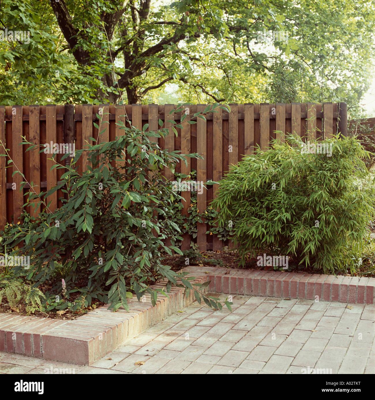 Mattoni Per Recinzione Giardino.Sollevate La Striscia Di Mattoni Su Giardino Confine Con