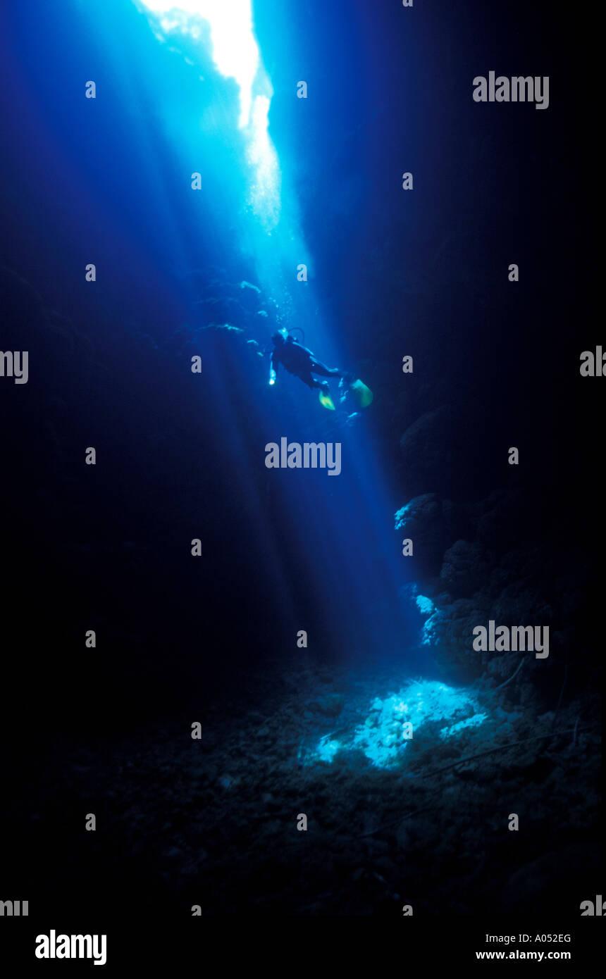 Raggi di sole che colpisce in una grotta sottomarina, Isole Russell, Isole Salomone. Immagini Stock