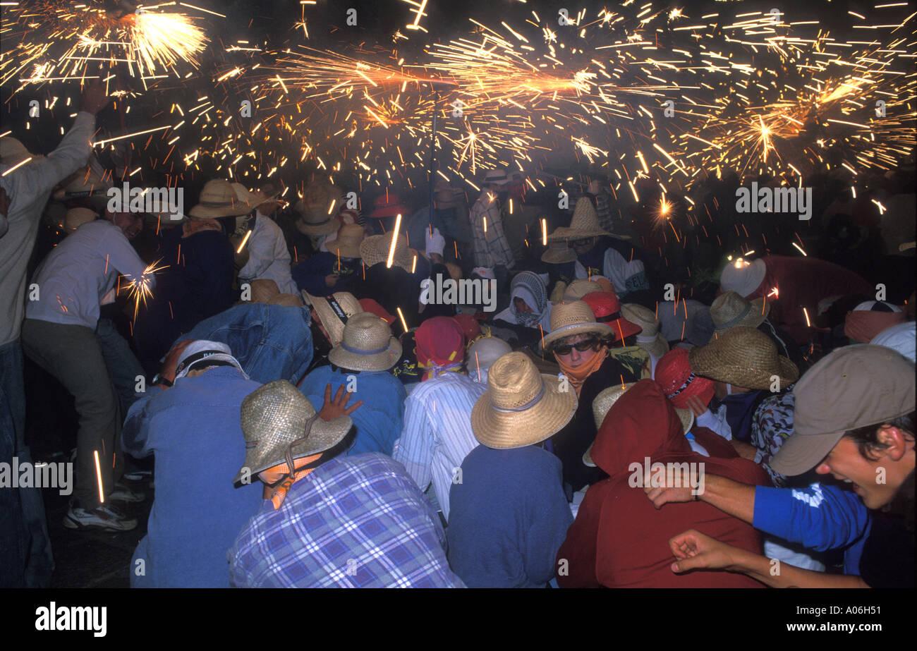 La gente del luogo per celebrare il Correfoc 2004 Immagini Stock