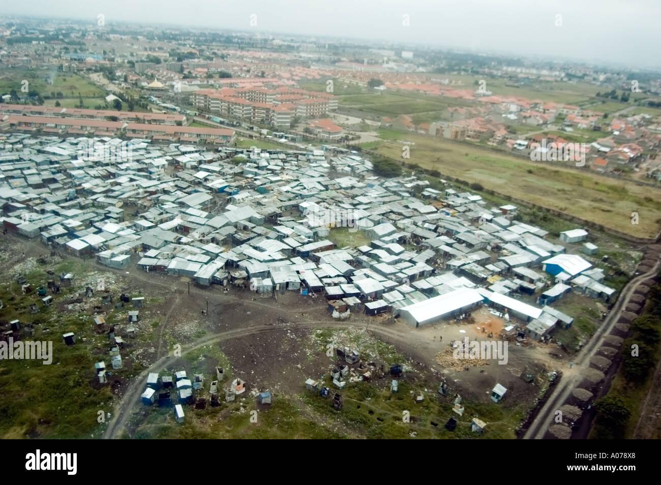 Aeroporto Kenya : Area di squatter e shanti città accanto alla pista presso l