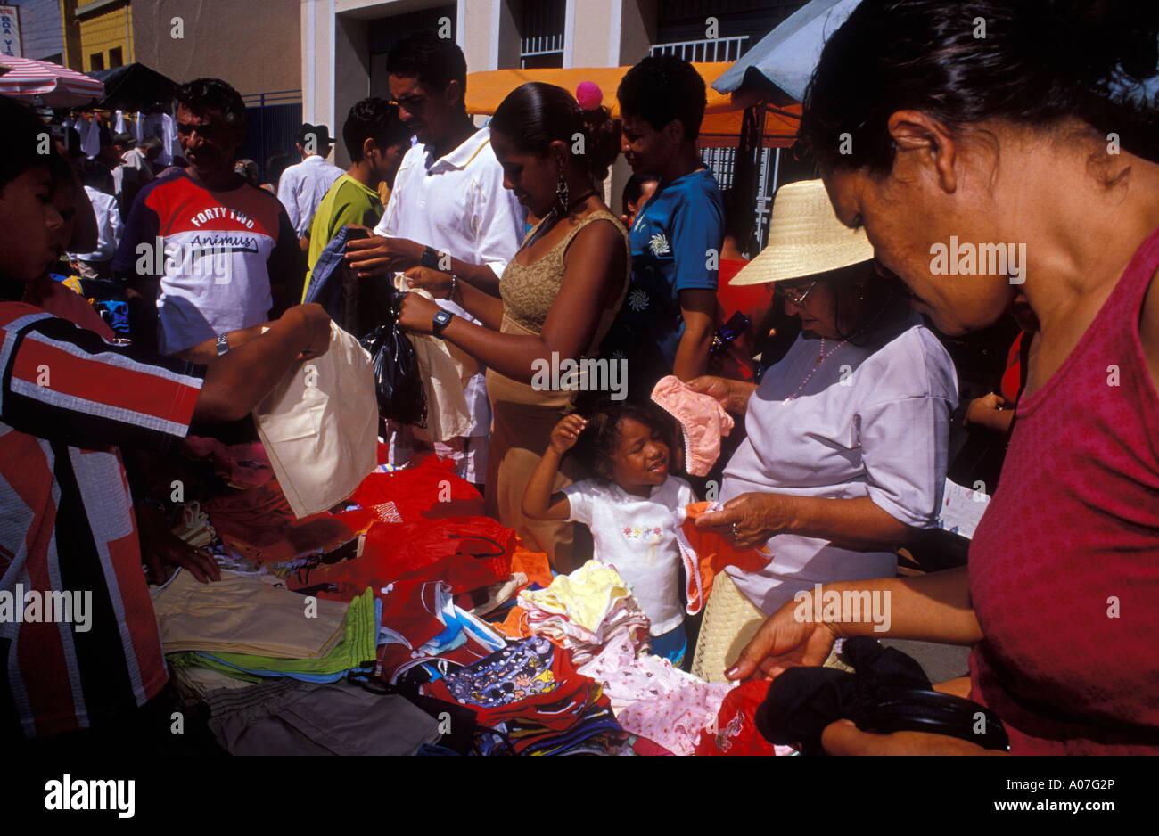 Mercato a cielo aperto, economici, poco costoso vestiti per la vendita e il commercio popolare per le persone a basso reddito i clienti a Juazeiro do Norte nel Cearà Stato, Brasile. Immagini Stock