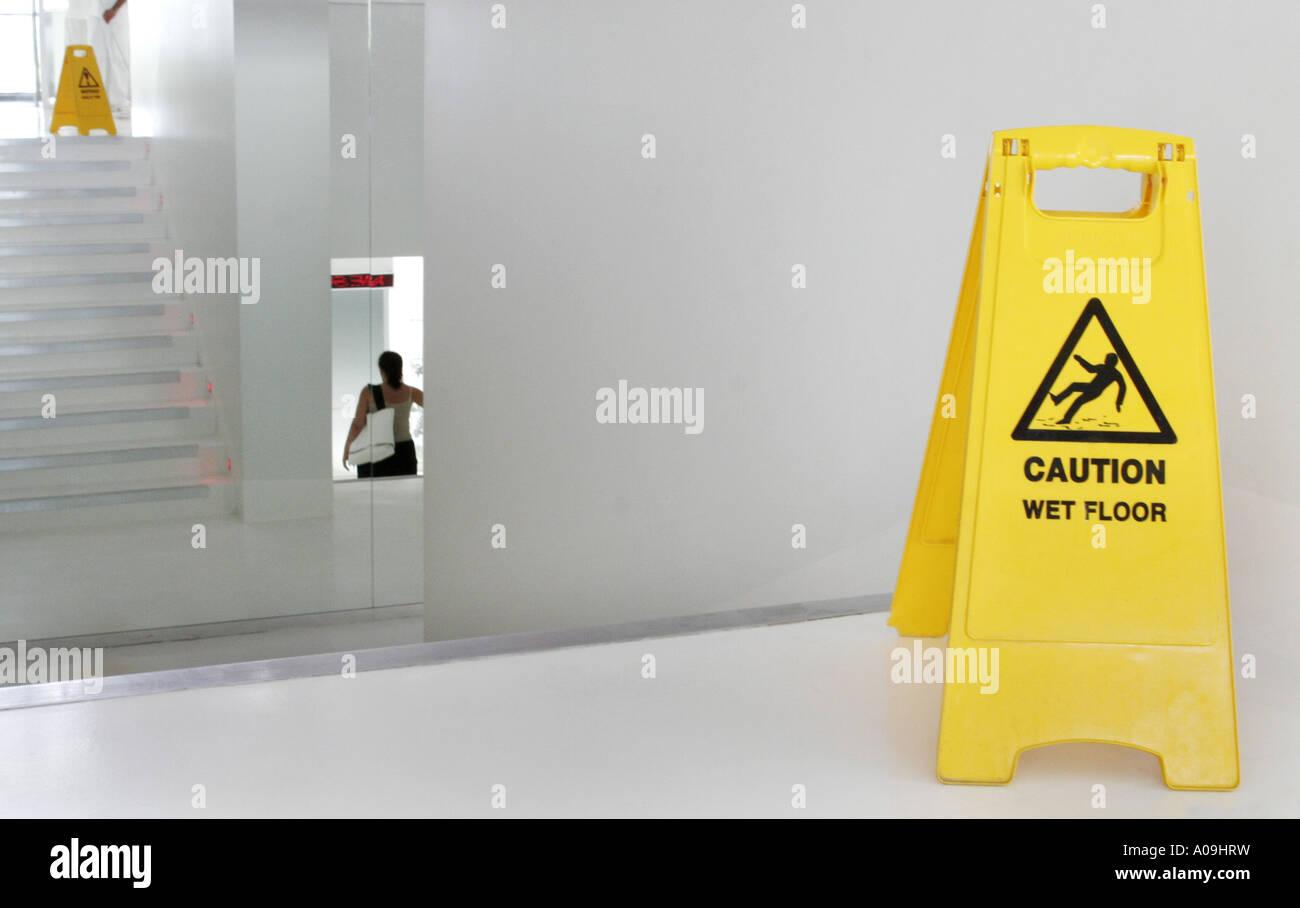 Segnale di avvertimento in corrispondenza di scale: attenzione