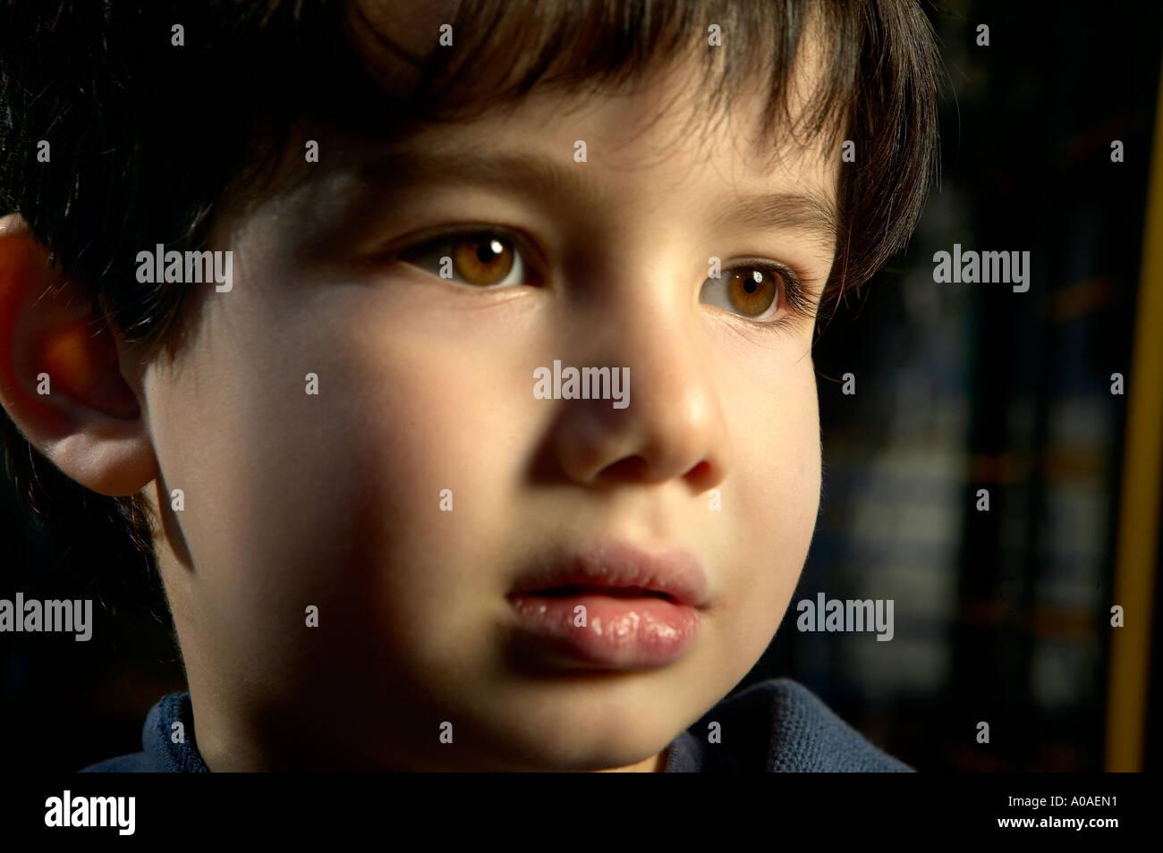 Un drammatico ritratto di un preschooler di etnia miste di giapponese e caucasico. Foto Stock