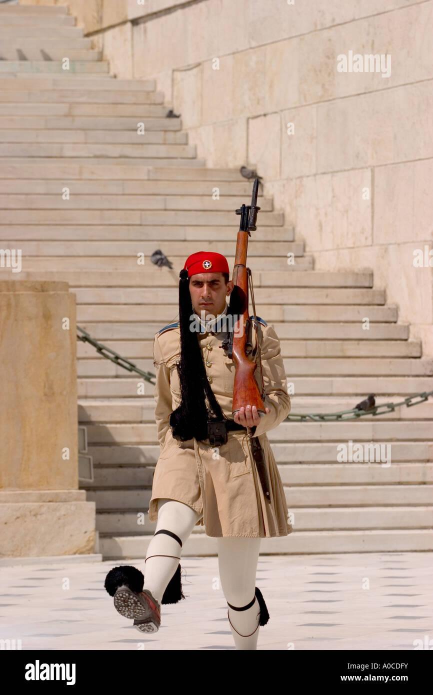 Evzone guardie in abito tradizionale in Atene Foto Stock