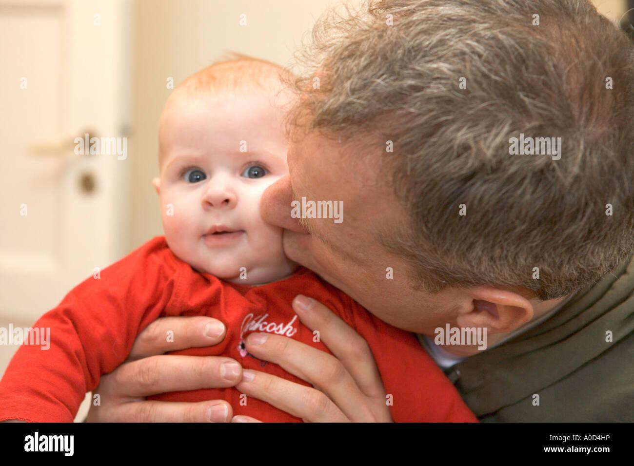 Padre giocando con il suo bambino Immagini Stock