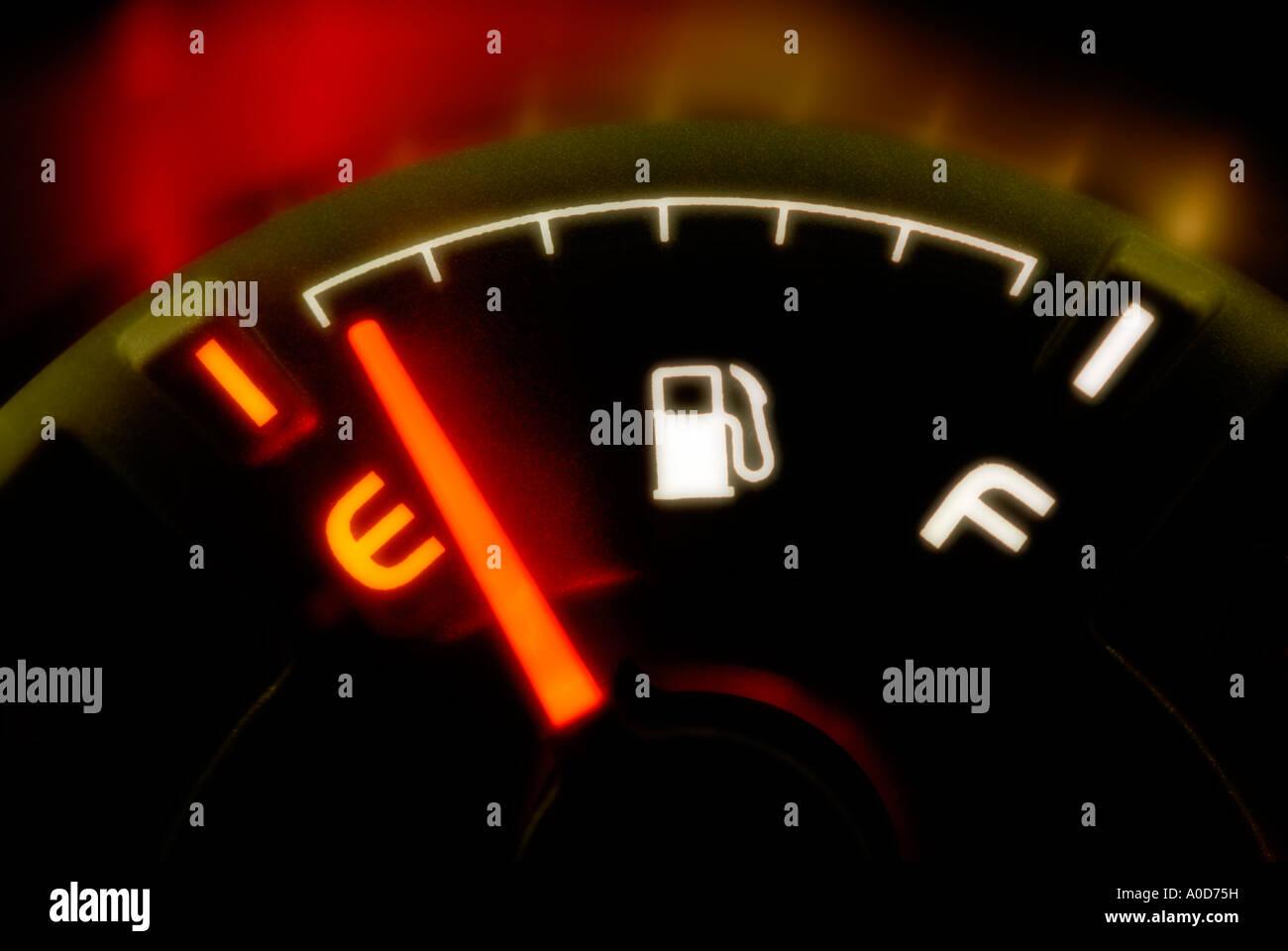 In esecuzione su vuoto. Manometro del carburante mostra vuoto. Immagini Stock