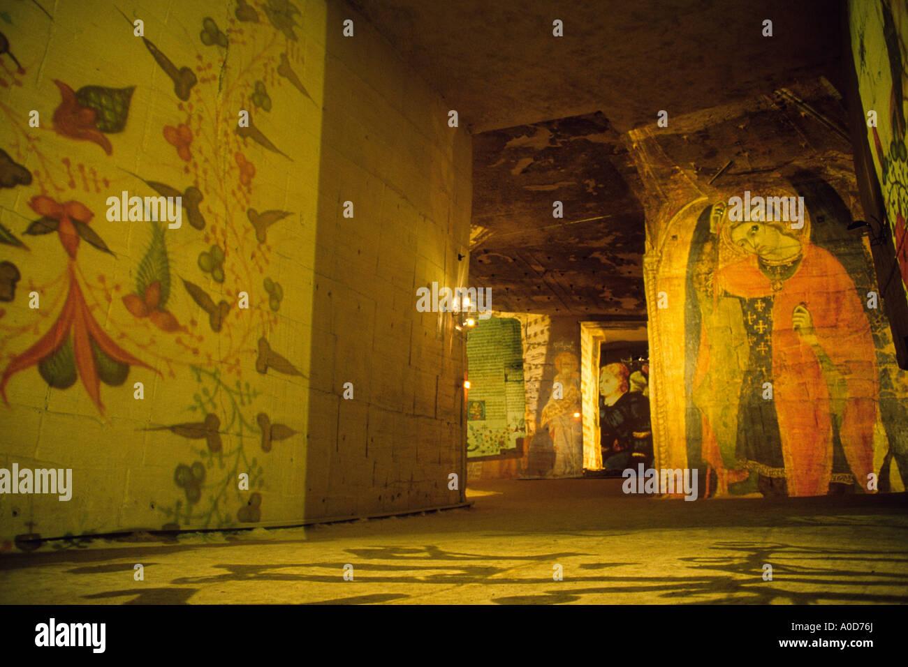 Francia Les Baux de Provence Cathedrale des images Val d'Enfer diapositive vengono proiettati sulle pareti della ex cava di bauxite Immagini Stock