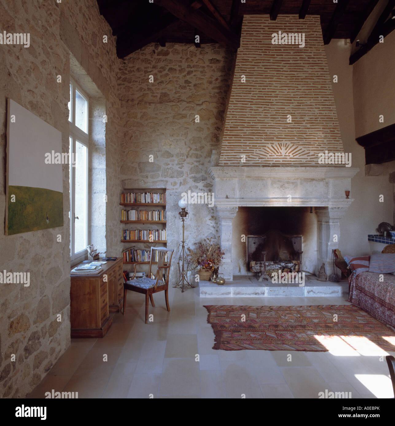 Grande camino in pietra nel paese soggiorno con pareti in ...