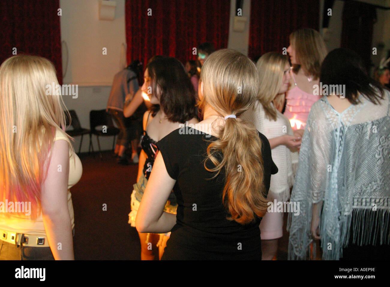 Gli adolescenti Festa di Compleanno discoteca lo stile di vita delle persone in Galles Immagini Stock
