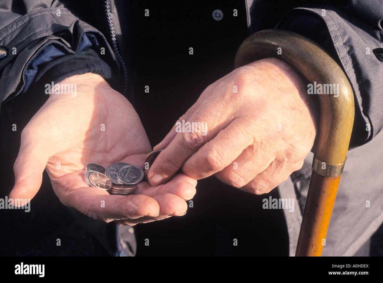 Uomo adulto con una canna Shopping e conteggiare denaro sulla strada di New York City STATI UNITI D'AMERICA Immagini Stock