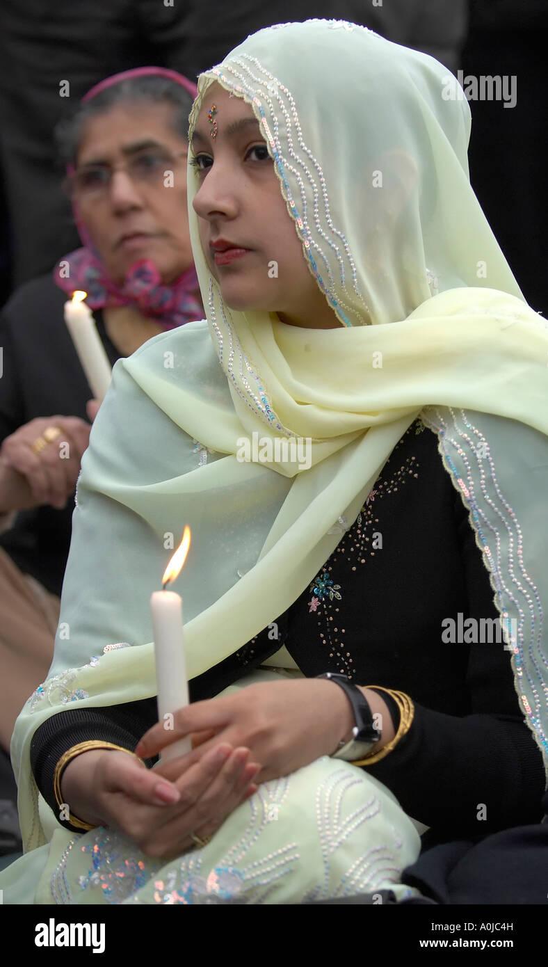 La religione sikh donne portando candele accese durante la veglia Immagini Stock