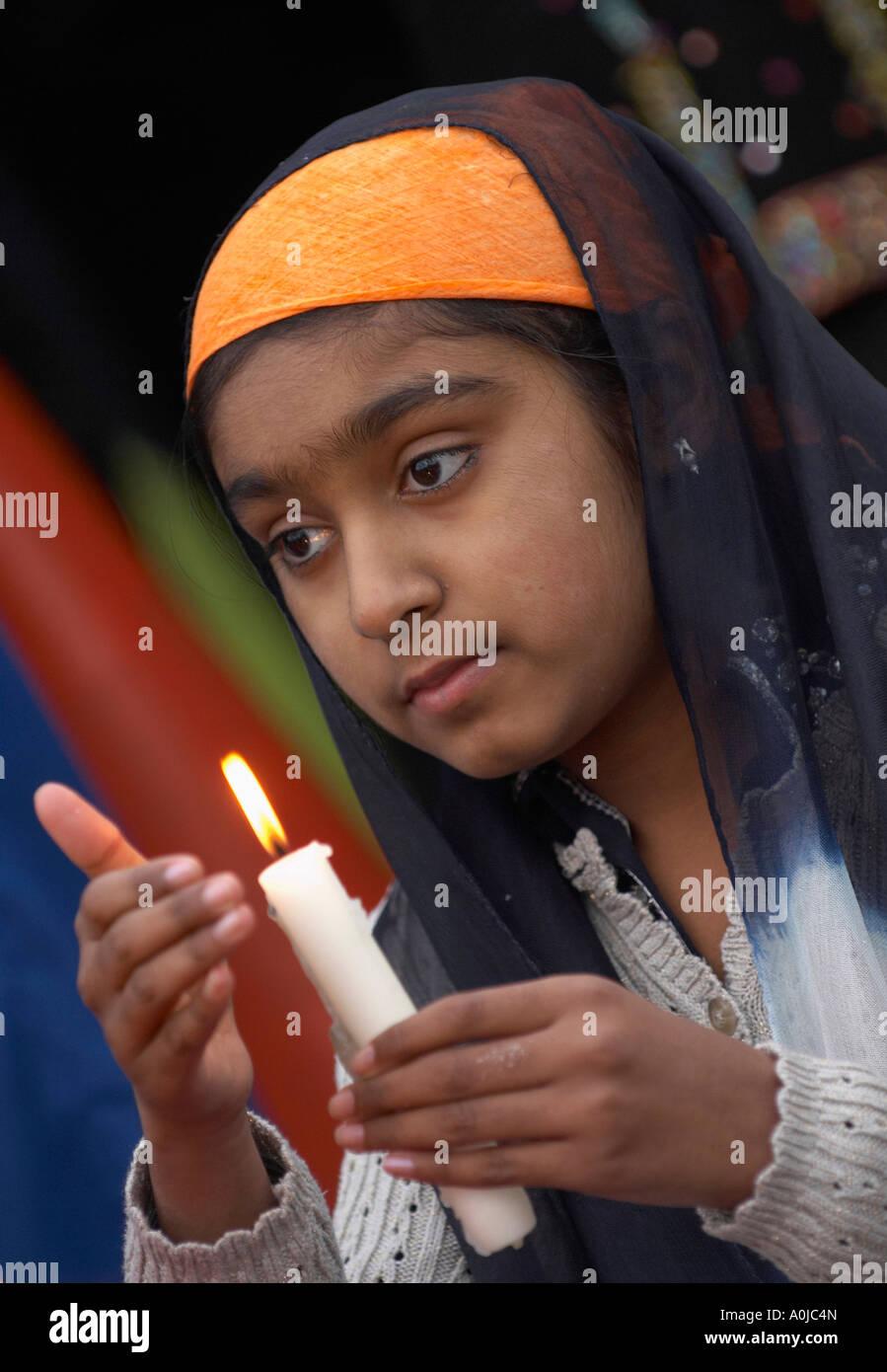 Ragazza Sikh tenendo una candela Immagini Stock