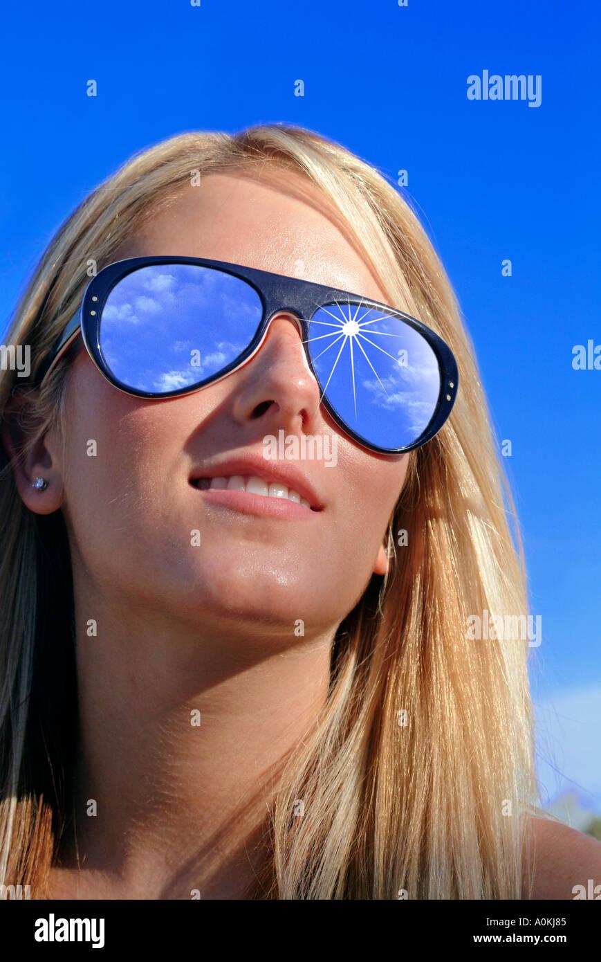 60754ec337 Giovane donna bionda con occhiali da sole riflettente Foto ...