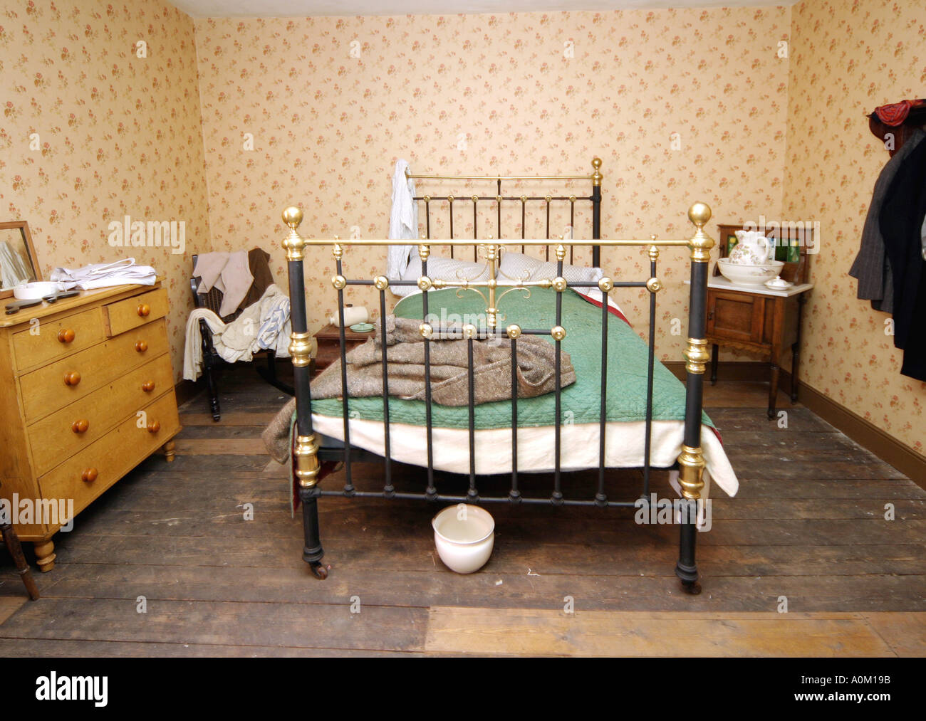 Una camera da letto in un back to back casa sull'angolo di Inge Street e Hurst Street Birmingham Inghilterra Immagini Stock