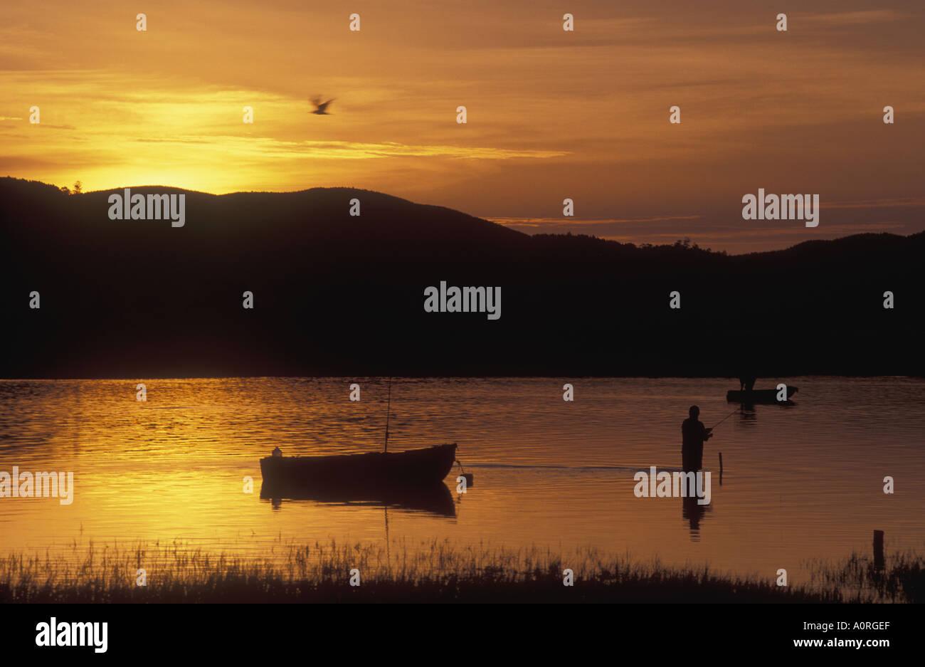Pescatore all'alba la pesca sportiva in laguna di Knysna sulla Garden Route Provincia del Capo Sud Africa Immagini Stock