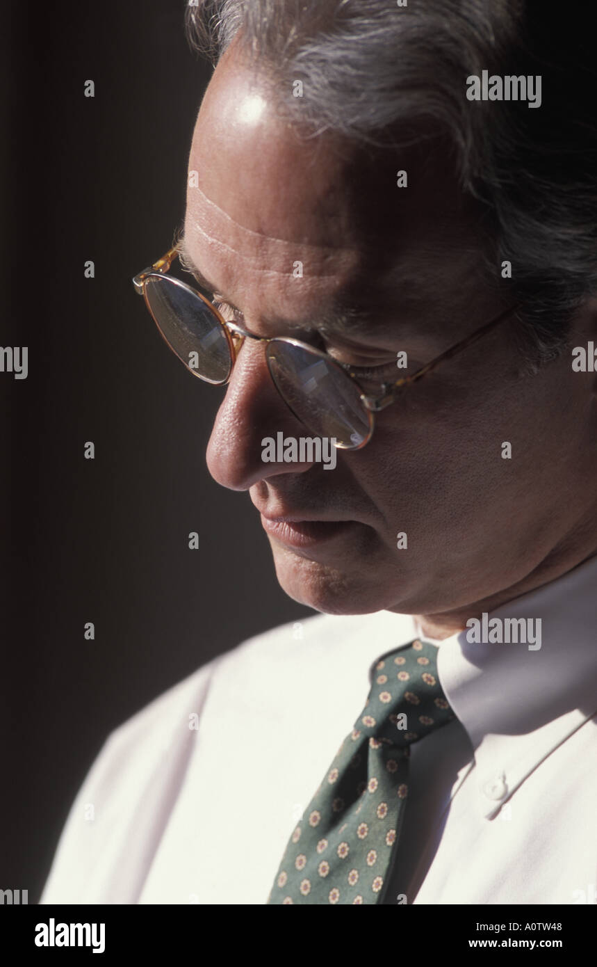 Close up di un Caucasian collare bianco business executive in tranquilla contemplazione Immagini Stock