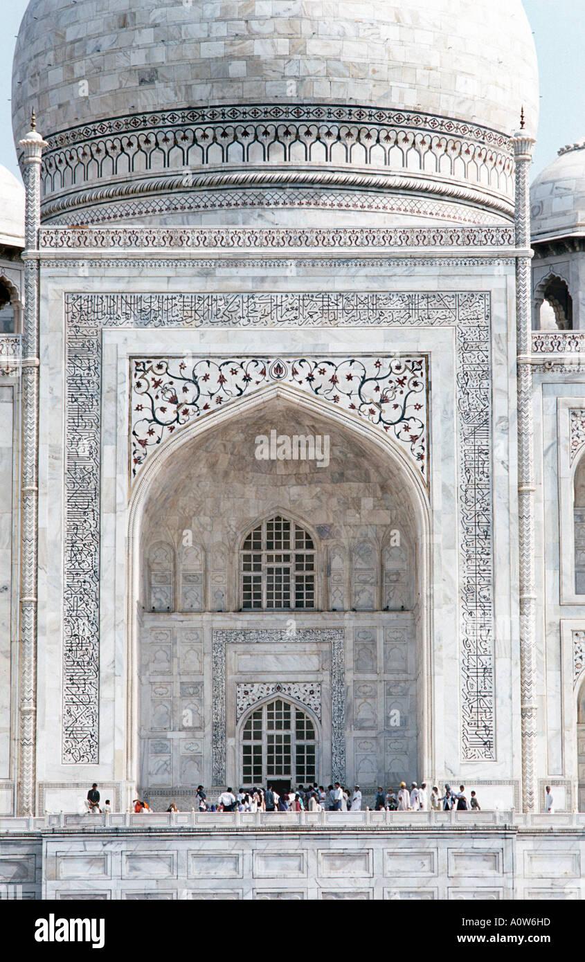 Particolare della facciata del Taj Mahal costruì 1632 dall'Imperatore Shahjahan in memoria della moglie amata Agra India Immagini Stock
