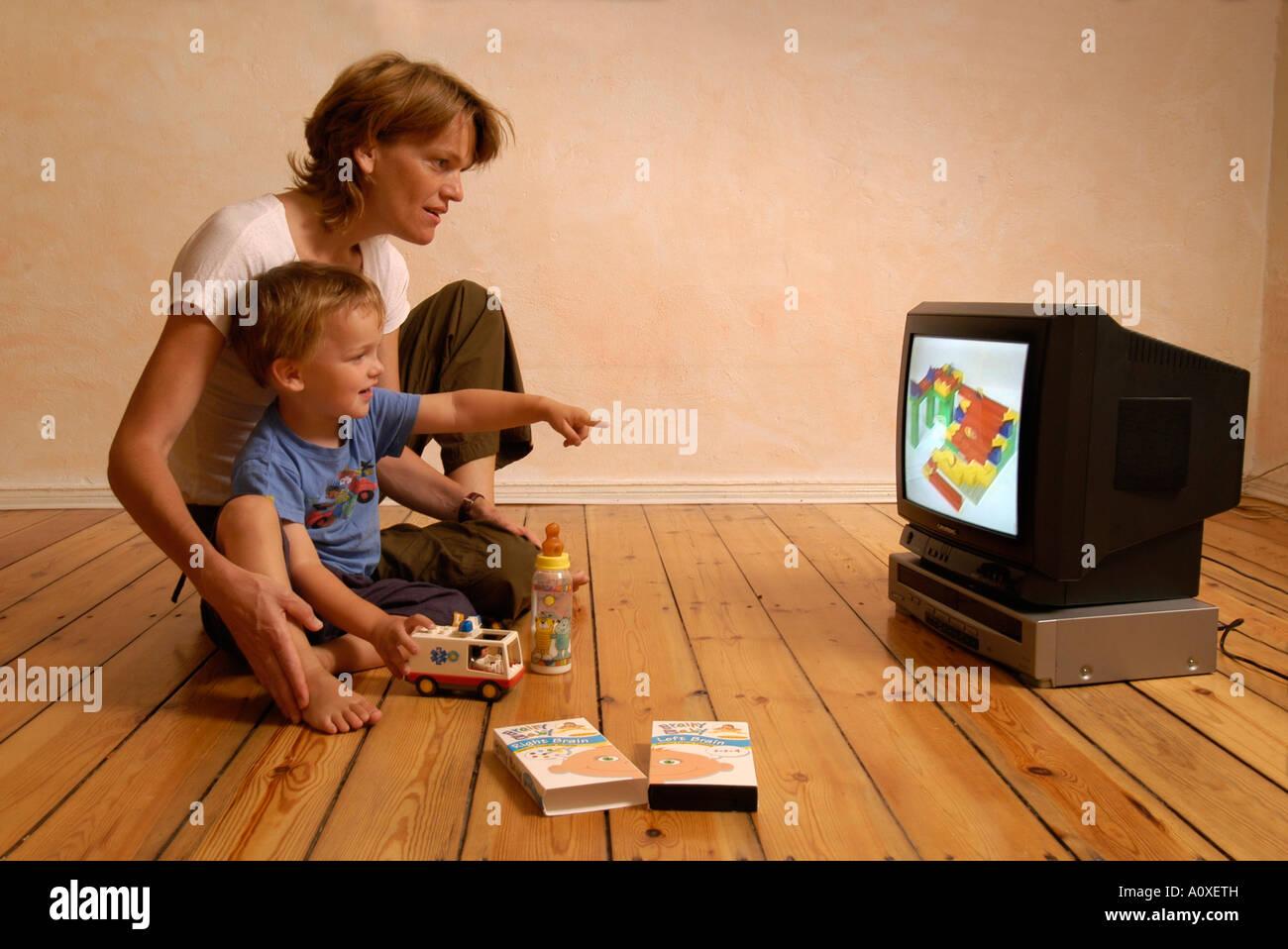 La madre e il bambino guardando un video Immagini Stock