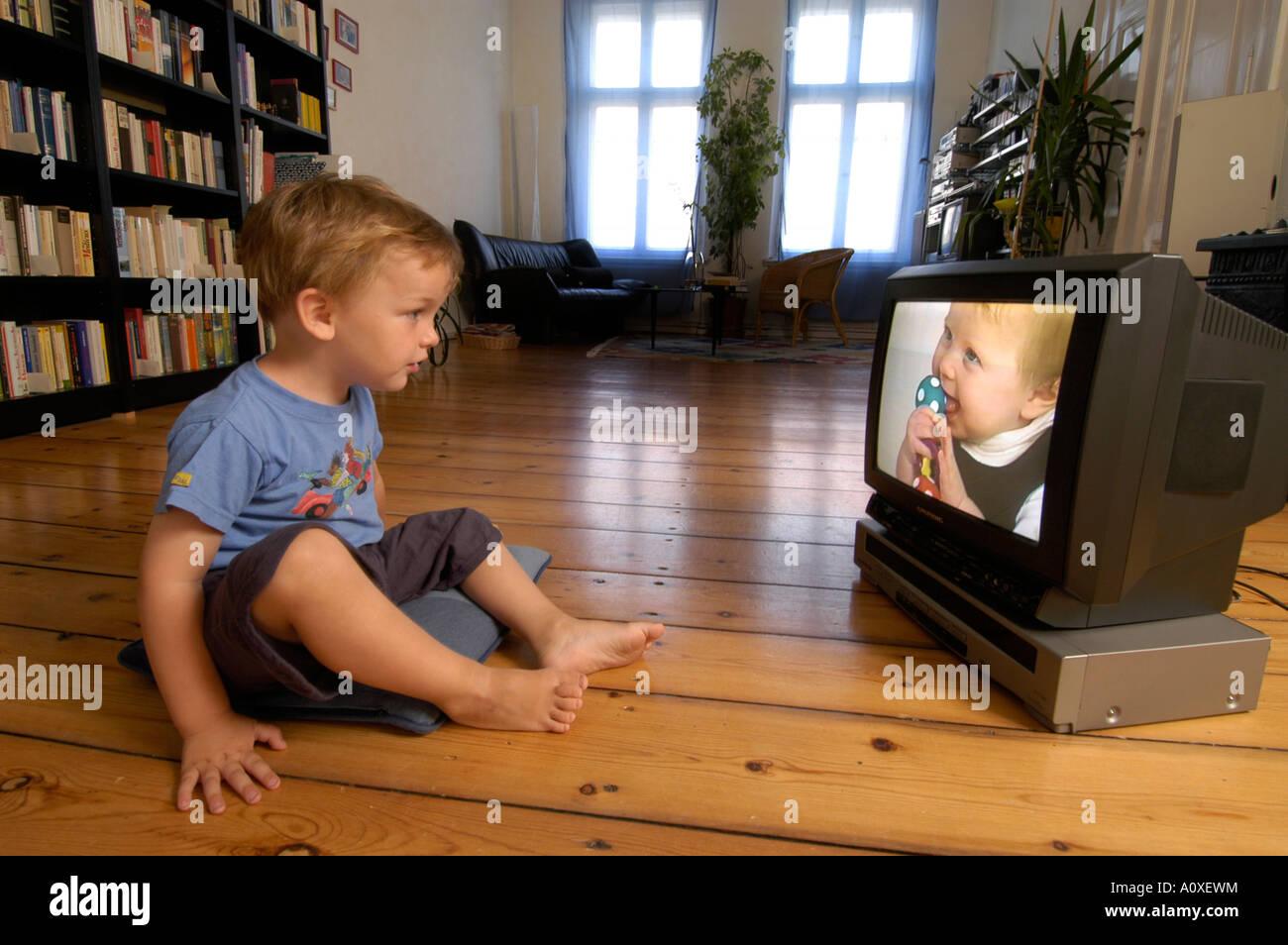 Bambino guardando un video Immagini Stock