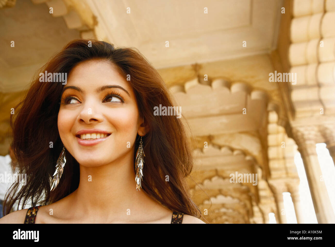 Close-up di una giovane donna sorridente, al Forte di Agra, Agra, Uttar Pradesh, India Foto Stock