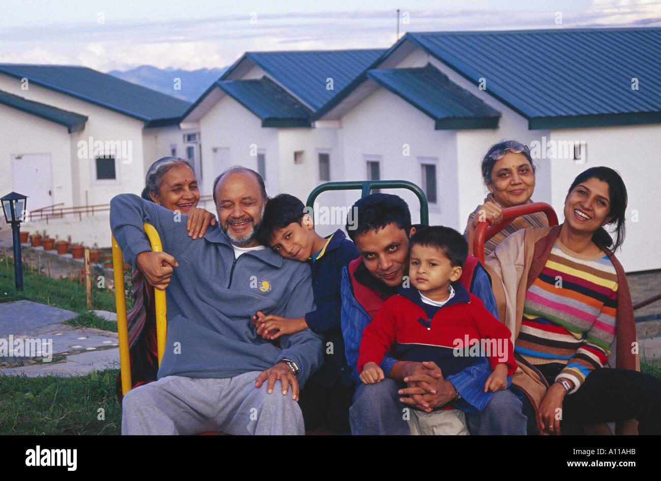 Urban famiglia indiana di sette in vacanza al Koti vicino a Simla Himachal Pradesh India - modello rilasciato Immagini Stock