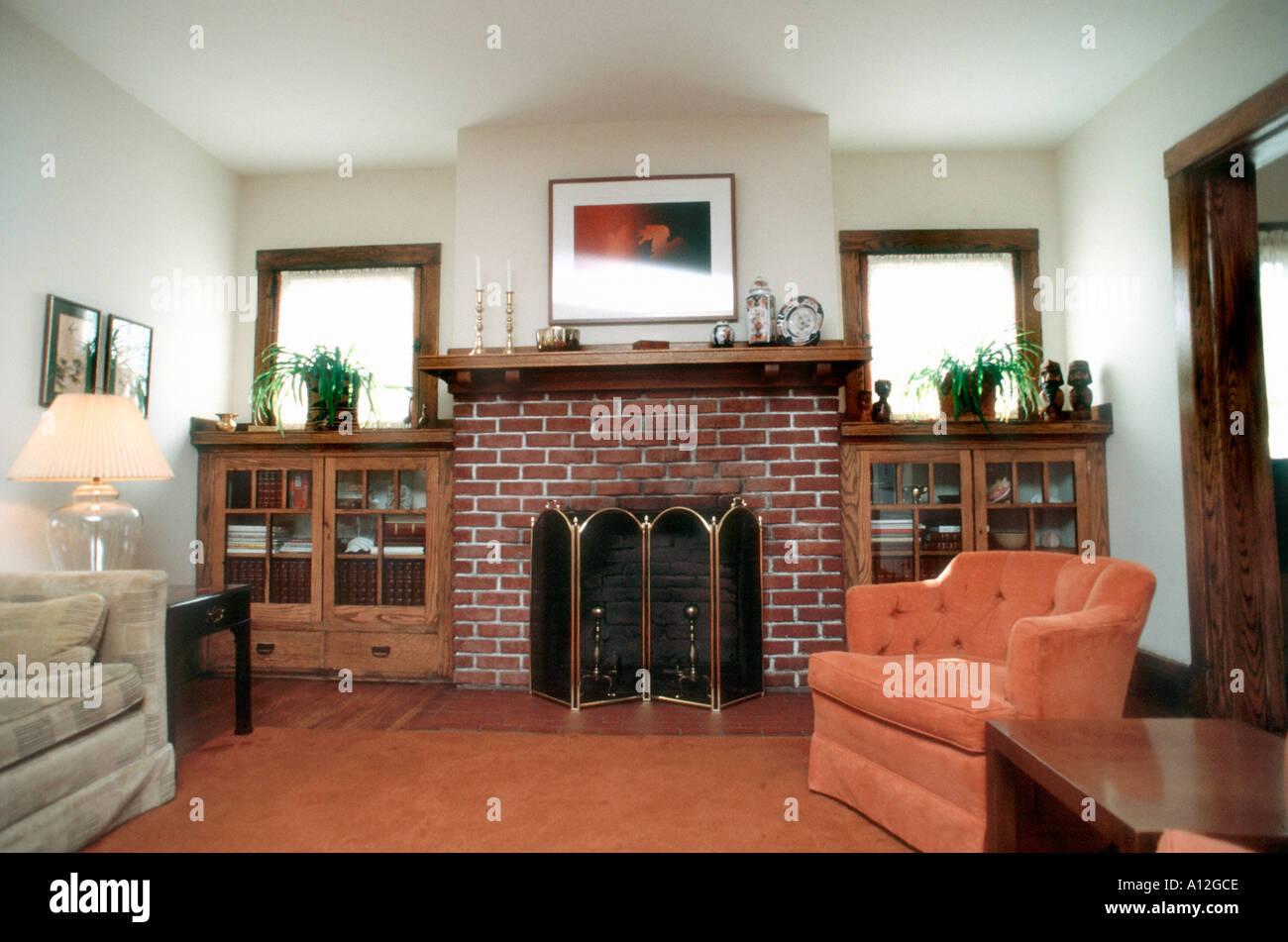 Gli investimenti USA abitazioni americane 'Single Family House' interno soggiorno, caminetto in mattoni Immagini Stock
