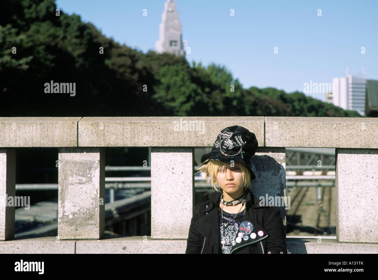 Una ragazza cosplay sul ponte vicino stazione Harajuku dove ogni domenica Tokyo mode più selvaggi sono sul Immagini Stock