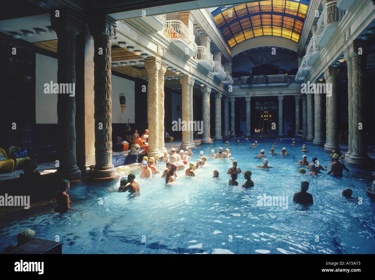 Bagni Termali Gellert : Interno con i bagnanti nel bagno termale gellert budapest in