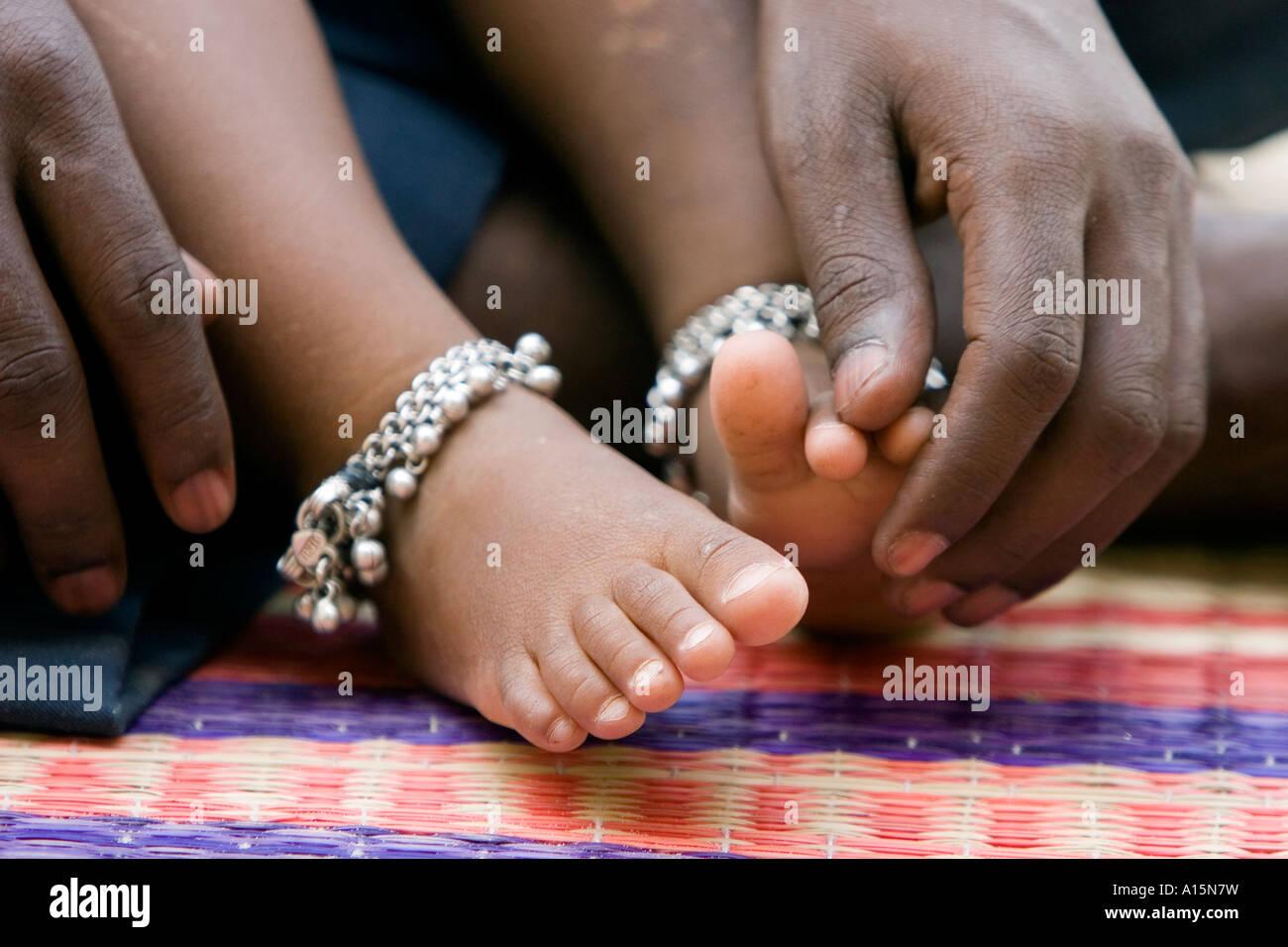 Bambini indiani a piedi nudi con la caviglia braccialetti. India Immagini Stock