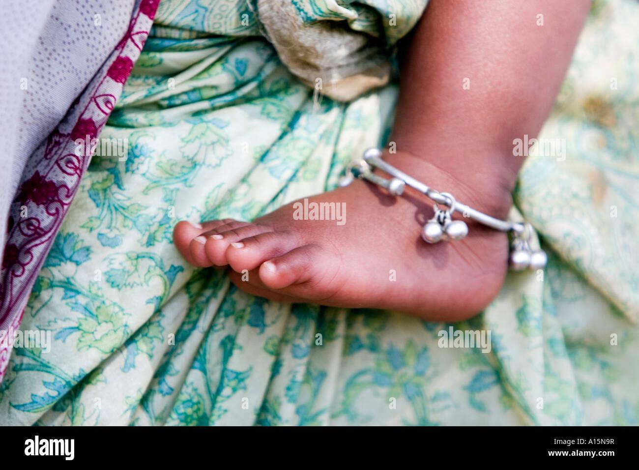 Bambini indiani piedi nudi contro le madri sari verde Immagini Stock