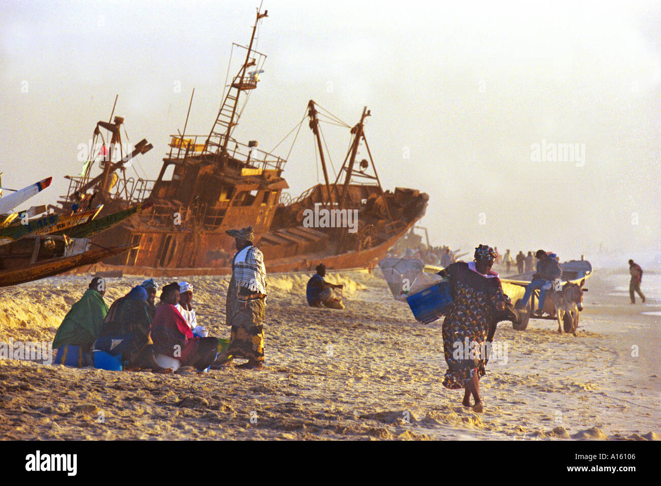 Mauritane e commercianti senegalesi attendere per i pescatori locali per portare nei giorni raccolto nei pressi della capitale Nouakchott in Immagini Stock