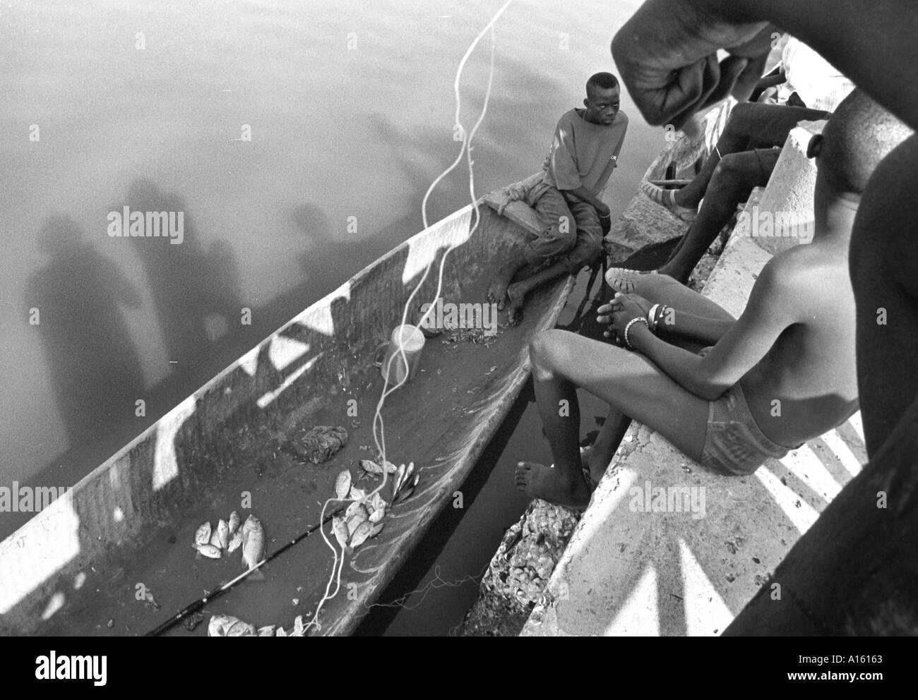 I pescatori senegalesi portare nei giorni del raccolto in una perigue nella Casamance regione del Senegal. Africa occidentale ha subito Immagini Stock
