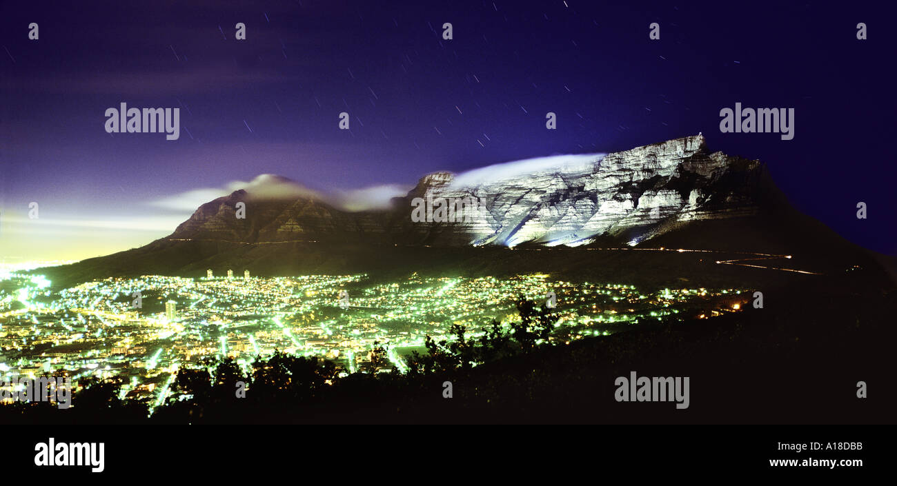 Cape Town di notte sostenuta da campi illuminati da Table Mountain in Sud Africa Immagini Stock