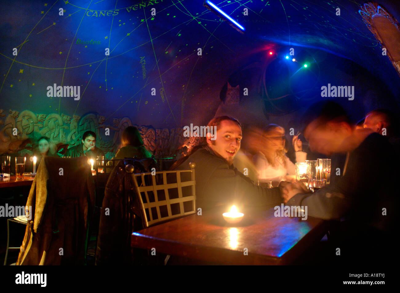 La terra di mezzo un bar sotterraneo a Cracovia Polonia Foto Stock