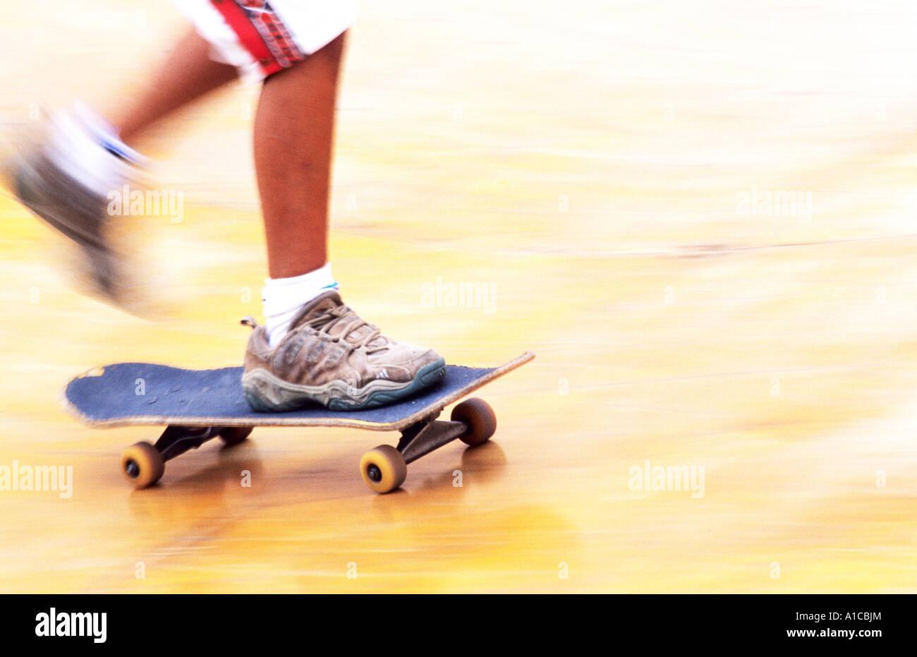 Ragazzo giovane skater skate skateboard rampa scheda di dettaglio Immagini Stock